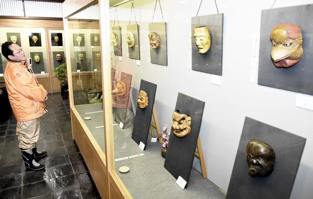 全国創作面公募展の入賞作品=15日、福井県池田町の能面美術館