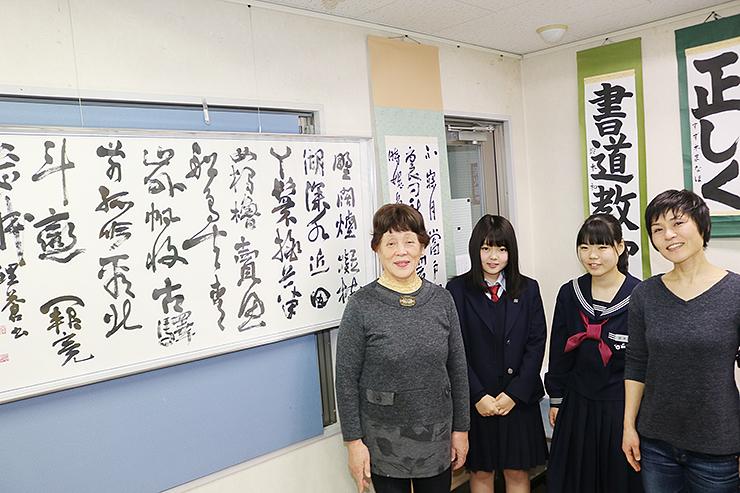 作品を出品した(左から)鈴木悦子さん、和那音さん、麻那帆さん、理香さん