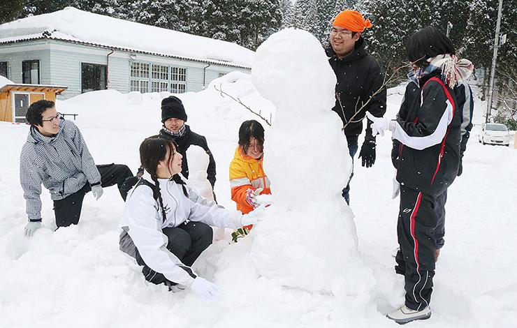 協力して雪像を作る参加者