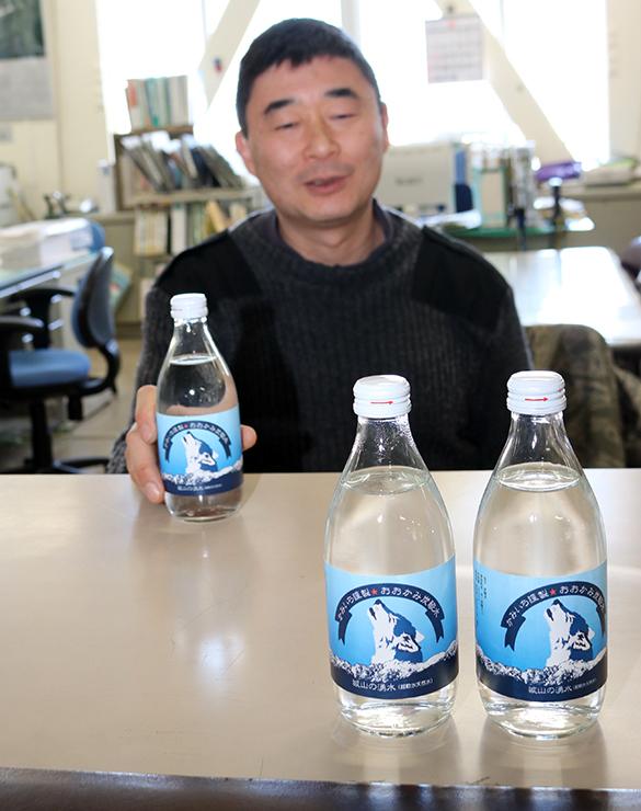 「おおかみ炭酸水」について説明する川端さん=上市町役場