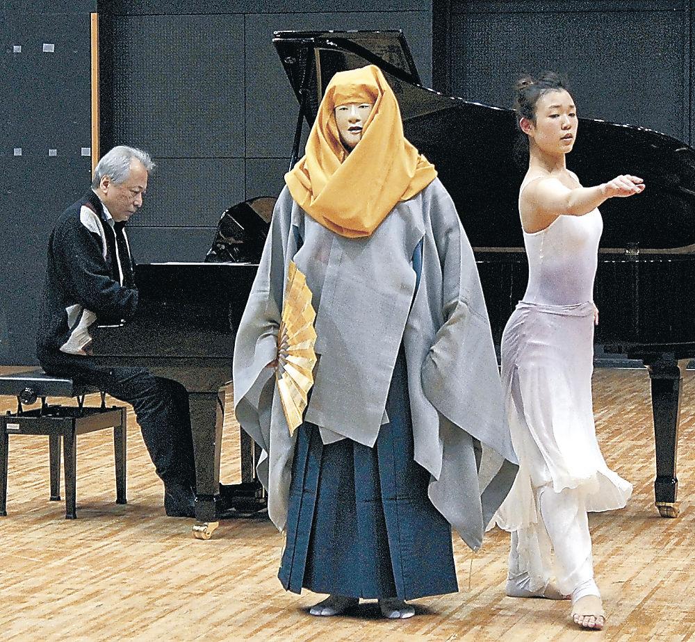 リハーサルに臨む(左から)金澤さん、渡べさん、中村さん=金沢市民芸術村