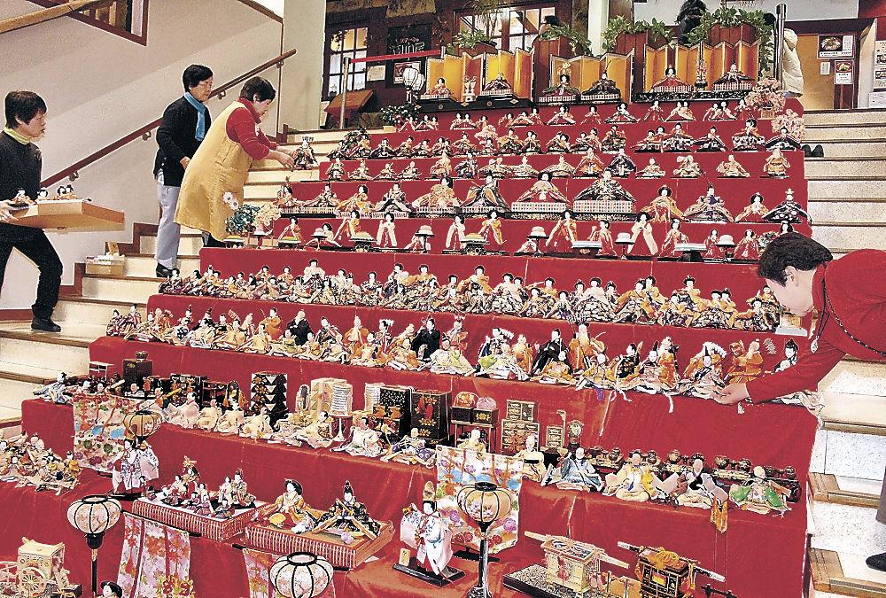 ひな人形を展示するメンバー=七尾市の能登食祭市場