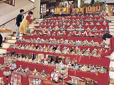 ひな人形400体、春の風情 能登食祭市場