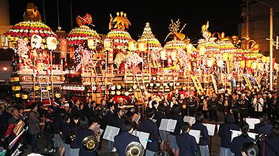 11基が勢ぞろいした昨年の石動曳山祭。ことしの祭りでは柳町が参加を見送り、10基による勢ぞろいとなる=小矢部市商工会館前