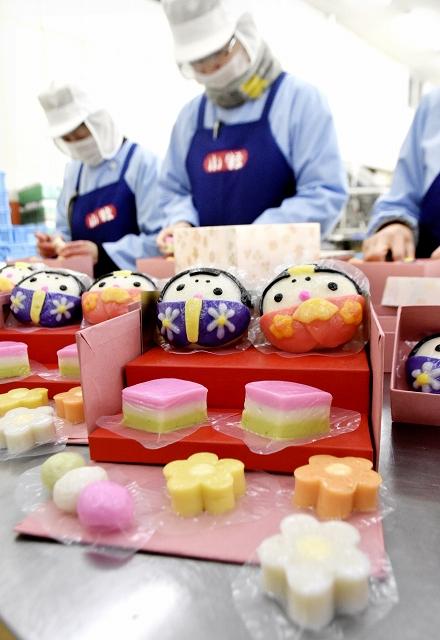ひな祭りに向けて生産がピークのおひなさまかまぼこ=福井県敦賀市余座の小牧