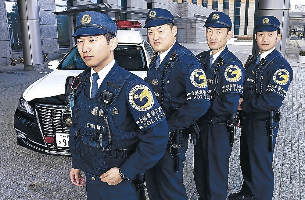 自動車警ら班の腕章を身に着ける班員=県警本部
