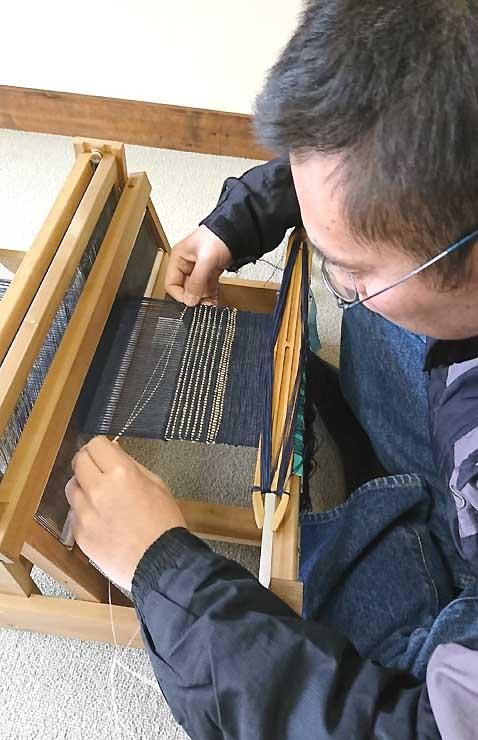 藤糸の織物作りを体験する民泊利用者