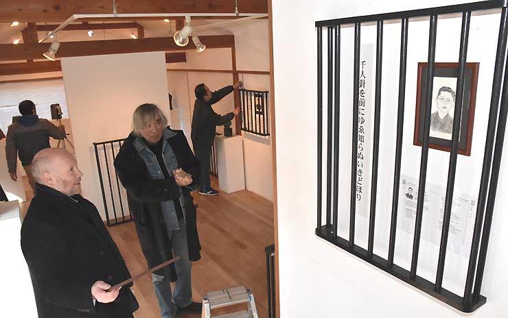 おりで囲んだ展示の準備をするマブソンさん(左)と窪島さん=上田市