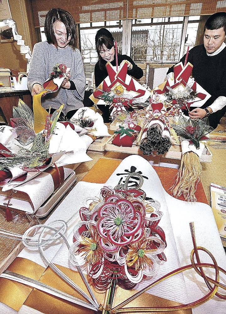 結納飾り作りが繁忙期を迎えた加賀水引細工=金沢市野町1丁目