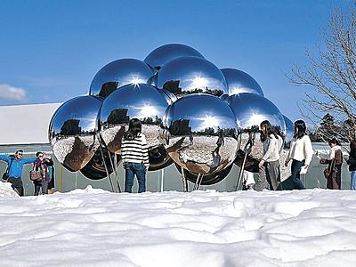 青空と残雪のコントラスト 金沢21世紀美術館、作品輝く