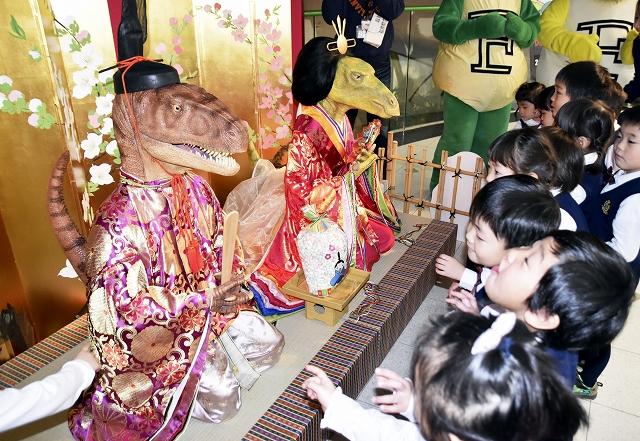 華やかな衣装に身を包んだ恐竜ひな人形=23日、勝山市の県立恐竜博物館