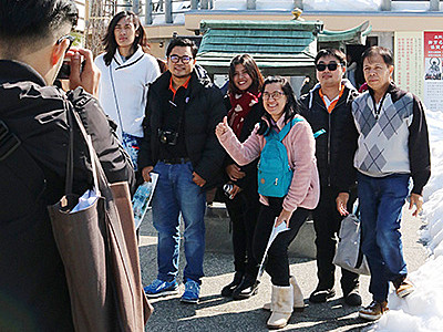 高岡大仏や射水神社満喫 タイのツアー旅行客