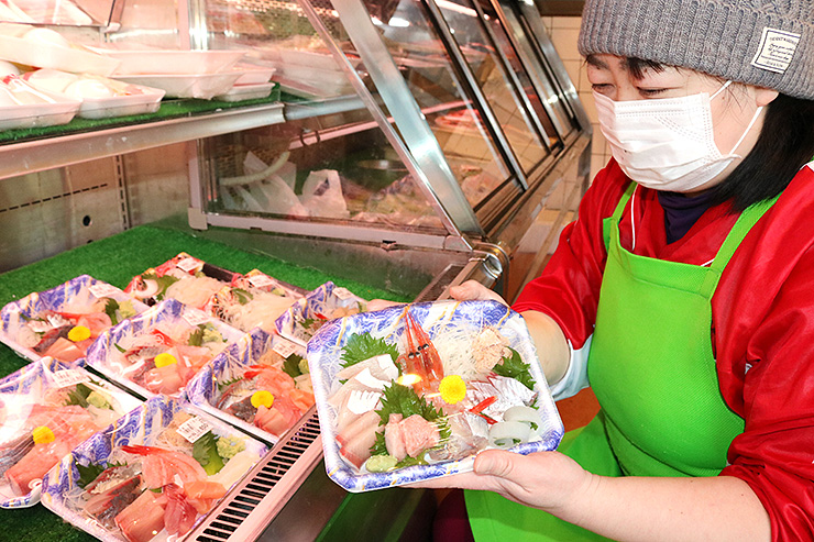 片口屋が提供するキトキトの魚介類を使った刺し身盛り合わせ=射水市八幡町