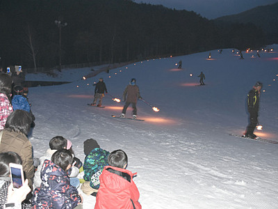 雪面照らすたいまつ滑走 伊那のスキー場で催し