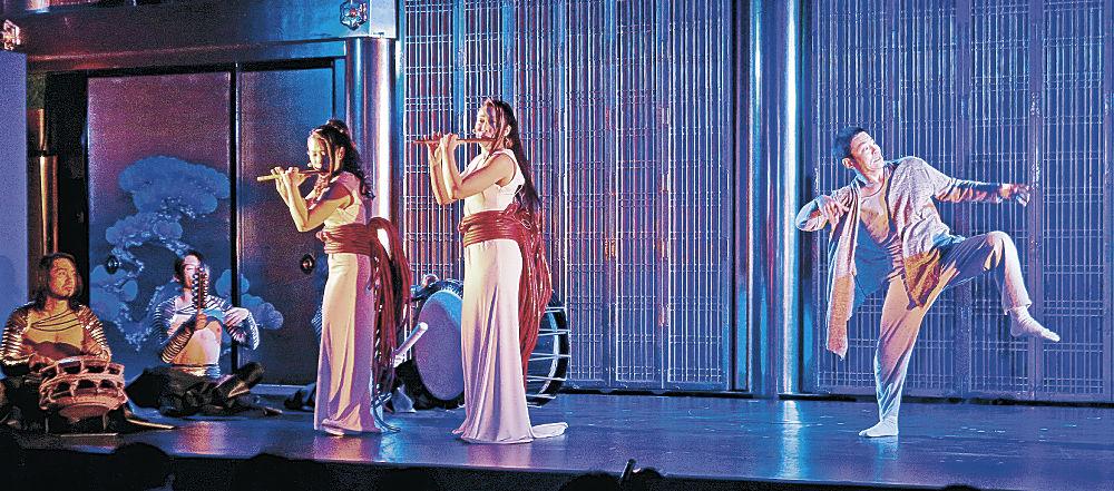 和太鼓演奏に合わせ、踊りを披露する蛯名さん(右)=金沢市の浄土真宗本願寺派金沢別院