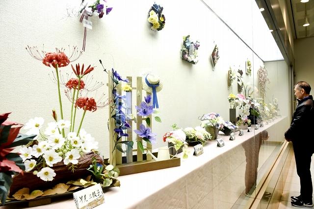 越前和紙の繊細な造花が並ぶ作品展=福井県越前市いまだて芸術館