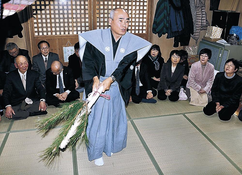 舞を奉納する小舘さん=輪島市門前町清水の豊受神社