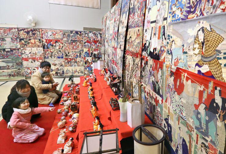 色とりどりの浮世絵が並ぶ「絵紙で彩る小千谷のひいな祭り」=小千谷市平成2の照専寺