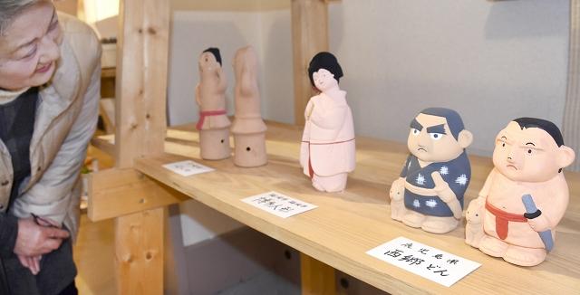 各地の工芸品を絵付けした赤ふん坊やが並ぶ井階友貴さんの作品展=福井県高浜町