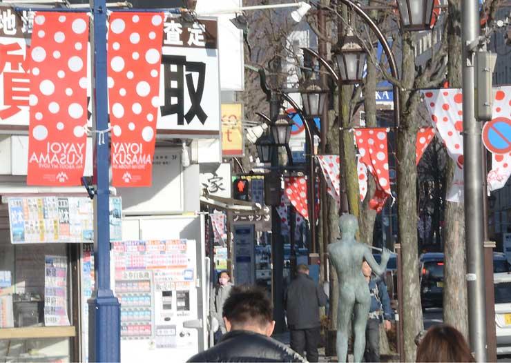 草間弥生さんの特別展に向け、あがたの森通りに飾られた水玉模様の旗