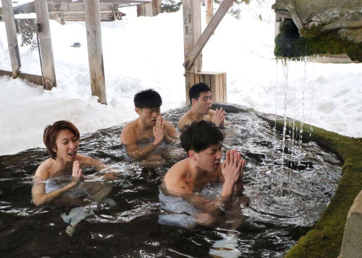 水行で身を清める浦佐多聞青年団の団員=2月25日、南魚沼市浦佐