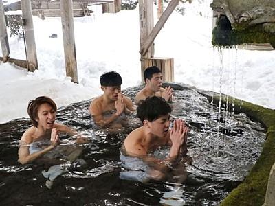 裸押し合い大祭 青年団員、心身清め水行開始 南魚沼浦佐