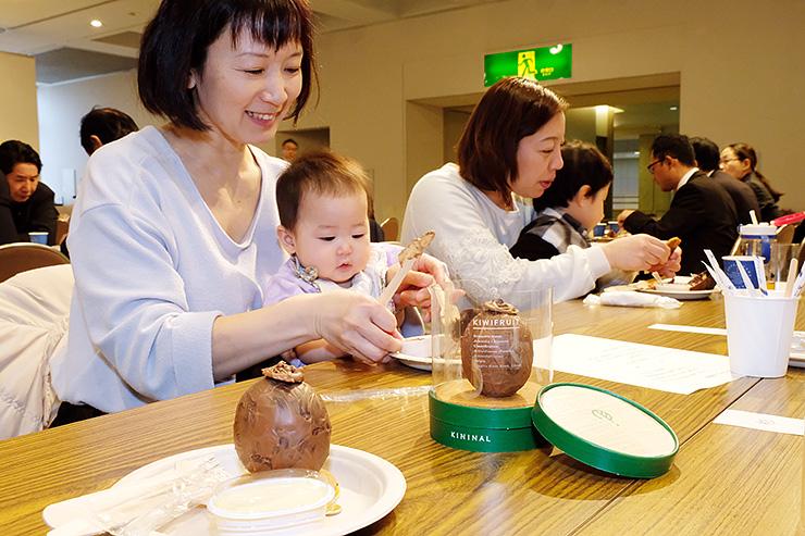 キウイをまるごと使ったスイーツを味わう参加者=新川文化ホール