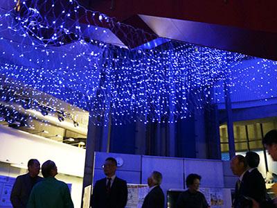 電飾でホタルイカの光再現 滑川市民交流プラザ