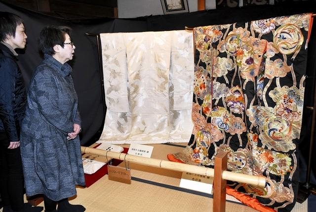 右近家当主の長女が着用した昭和初期の婚礼衣装=26日、南越前町河野の北前船主の館・右近家