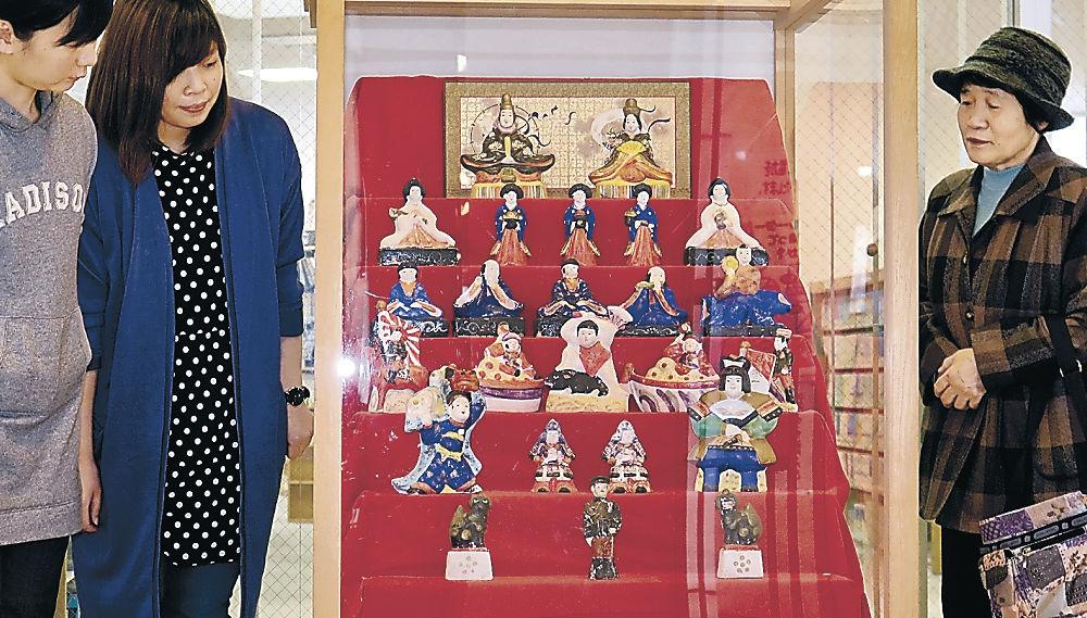 焼き物のひな人形を眺める来場者=JR七尾駅前ビルミナ・クル