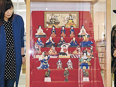 明治初期、焼き物のひな人形 七尾駅前ビルで展示