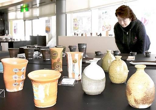 春を感じさせる多彩な酒器=福井県越前町小曽原の越前陶芸村文化交流会館