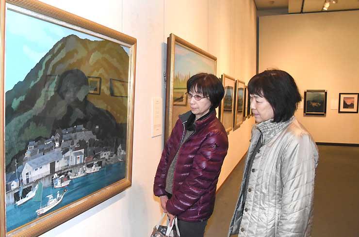 開館20周年を記念し、原田さんの風景画など約100点を並べた展覧会