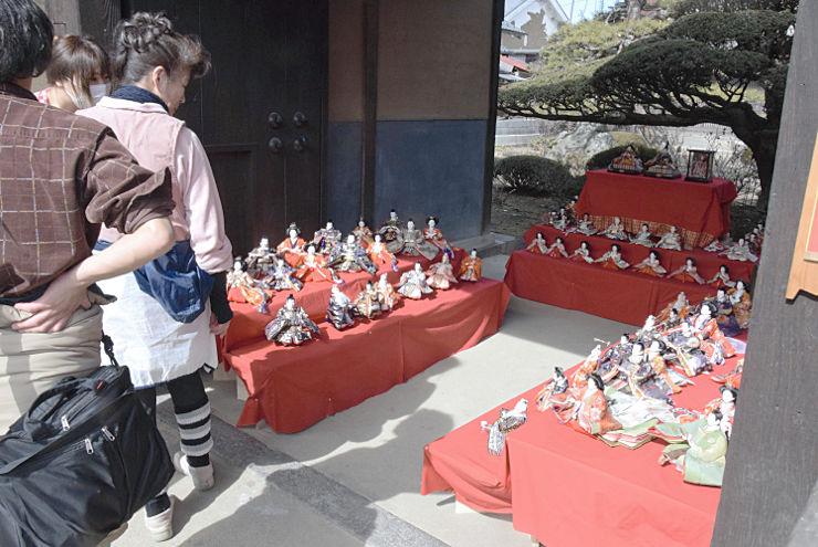 海野宿に軒を連ねる民家に飾られたひな人形。多くの人が見て回った