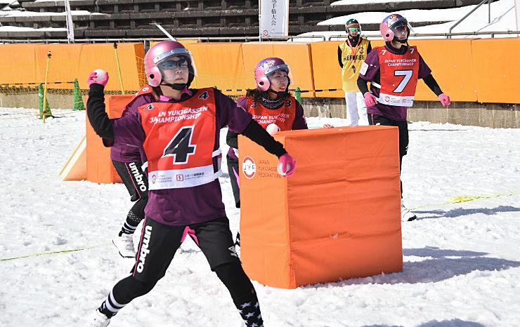 白馬ジャンプ競技場で始まった第5回日本雪合戦選手権大会。参加者は、懸命に雪球を投げ合った