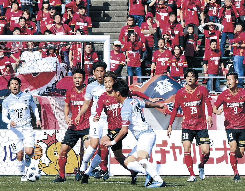 讃岐の攻撃を防ぐ金沢イレブン=金沢市の県陸上競技場