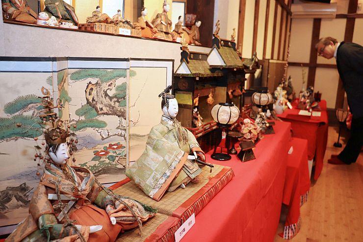 古くから残るひな人形を集めた展示会=27日、新潟市中央区のギャラリー蔵織