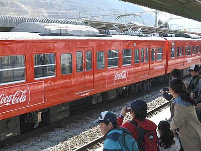 車両「コカ・コーラレッド」に しなの鉄道、30年前の色復刻