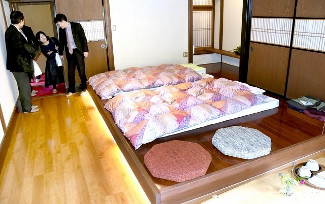 改修した客室。寝返りを打ちやすいよう布団のマットレスなど備品にも気を配っている=1日、福井県小浜市の「藤屋」