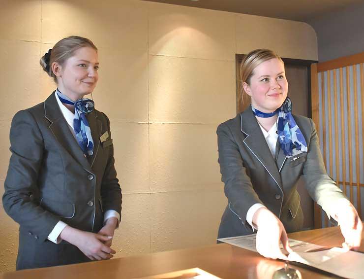 上諏訪温泉「しんゆ」での研修でフロント業務に当たるザギドゥリナさん(左)とクズネツォヴァさん