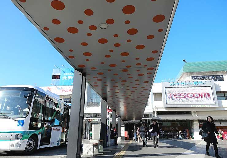 松本駅前バス乗り場の屋根の天井に施された作品「水玉強迫」=4日午前8時半すぎ、松本駅前