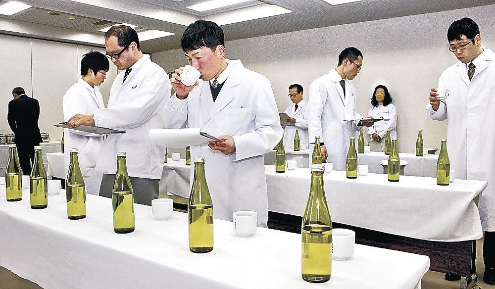 新酒の仕上がりを確認する審査員=白山市松任産業会館