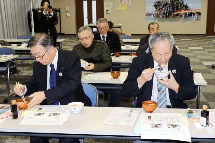 「甘えびの醤油」を使った炊き込みご飯とおぼろ汁を試食する商工業や観光などの関係者ら=糸魚川市能生