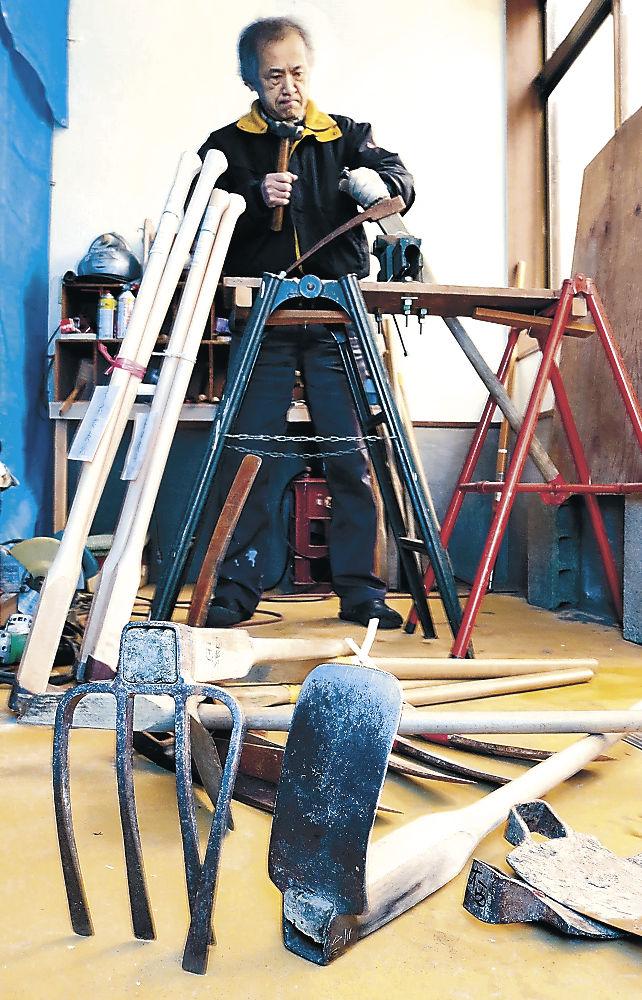 鍬の修理に取り組む寺田さん=白山市鶴来古町