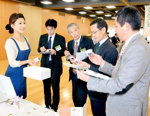 食品を一つ一つチェックする審査員=7日、福井市地域交流プラザ