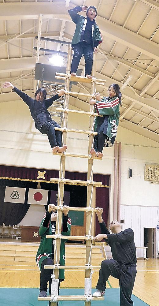 閉校式に向け練習に励むメンバー=小松市西尾小