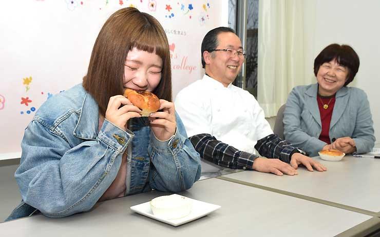 「プルコギパン」を食べる吉田さん(左)