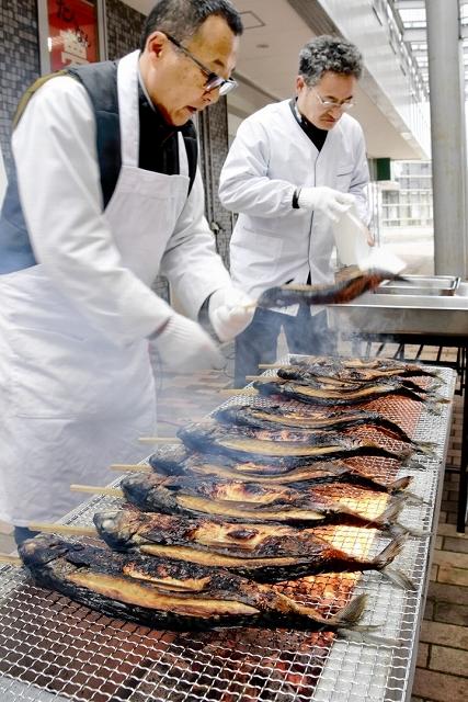 丸焼きサバを用意する鯖江魚商協同組合のメンバーたち=8日、福井県鯖江市本町2丁目