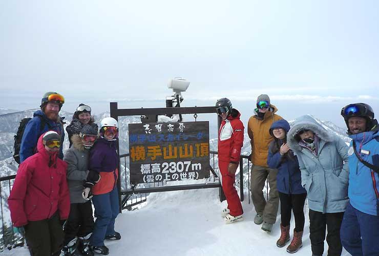 横手山を訪れた海外の旅行会社の担当者ら