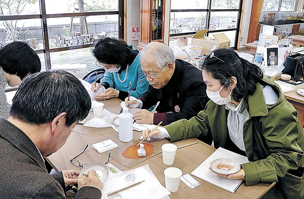 九谷焼絵付けを体験する参加者=能美市の九谷陶芸村